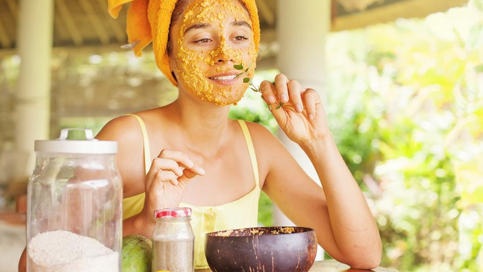Mặt nạ làm từ bột nghệ thường làm da bị vàng sau khi rửa mặt