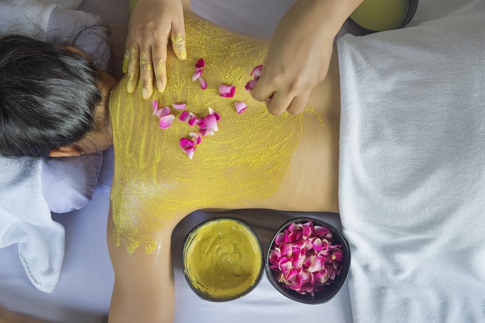 Đắp tinh bột nghệ toàn thân sẽ giúp trị nám da, rạn da
