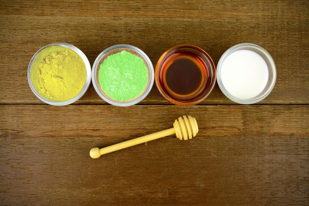Mặt nạ tinh bột nghê và trà xanh gồm có 3 nguyên liệu chính là tinh bột nghệ nguyên chất, bột trà xanh và mật ong