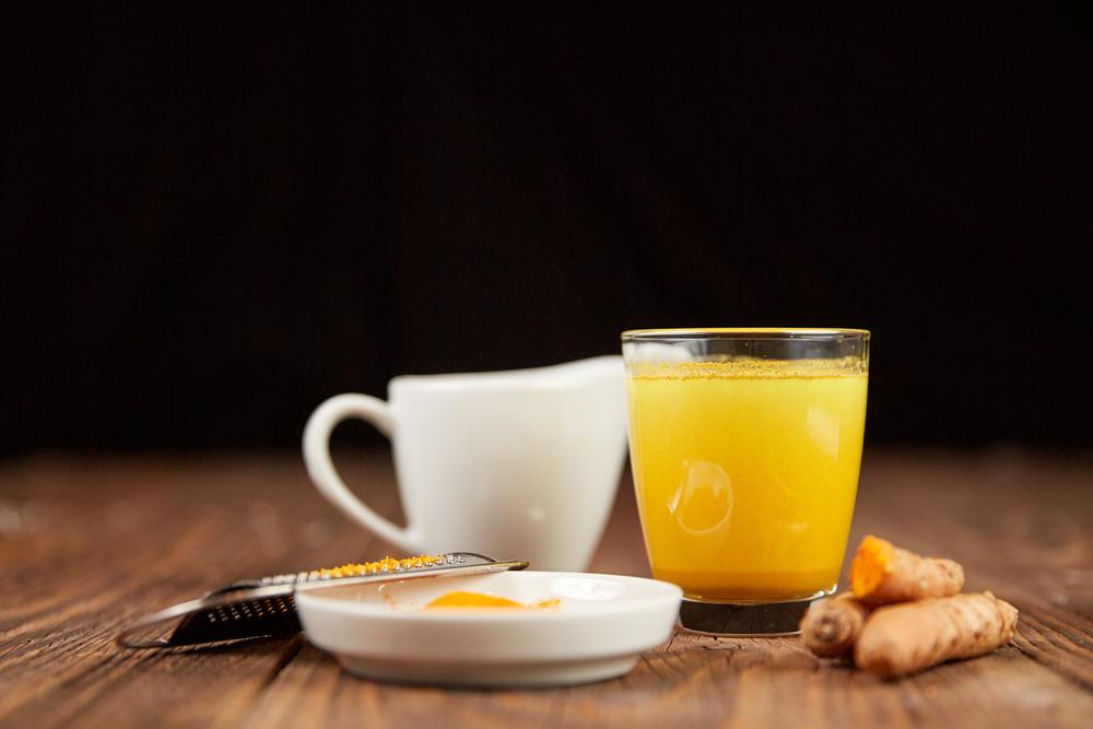 Lưu ý không uống tinh bột nghệ với nước quá nóng, tránh phá hủy hoạt chất curcumin có lợi