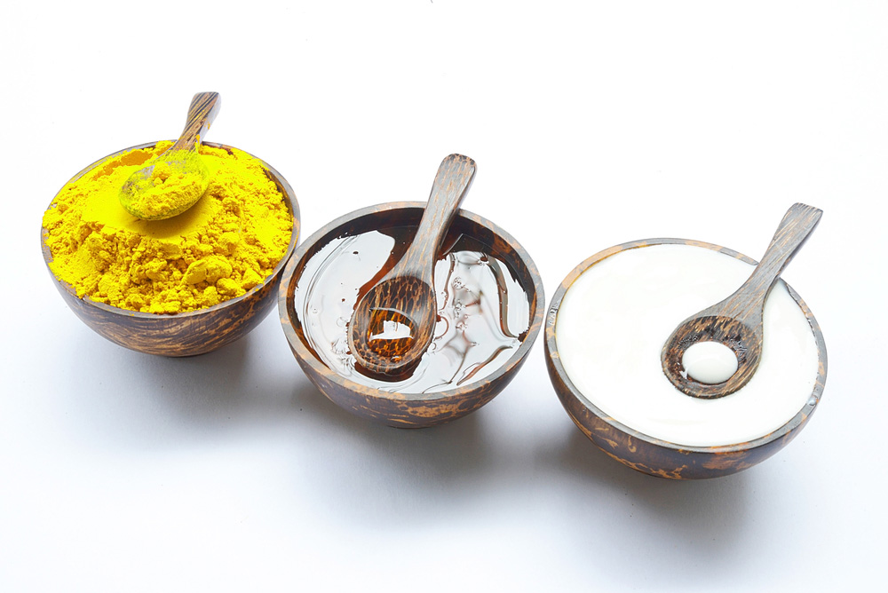 Tinh bột nghệ, sữa chua không đường và mật ong