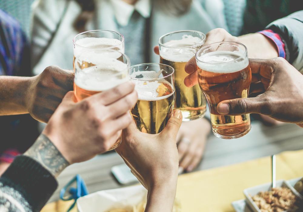 Nam giới thường sử dụng bia rượu. Điều này lí giải vì sao nam giới mắc bệnh viêm loét dạ dày nhiều hơn nữ giới.