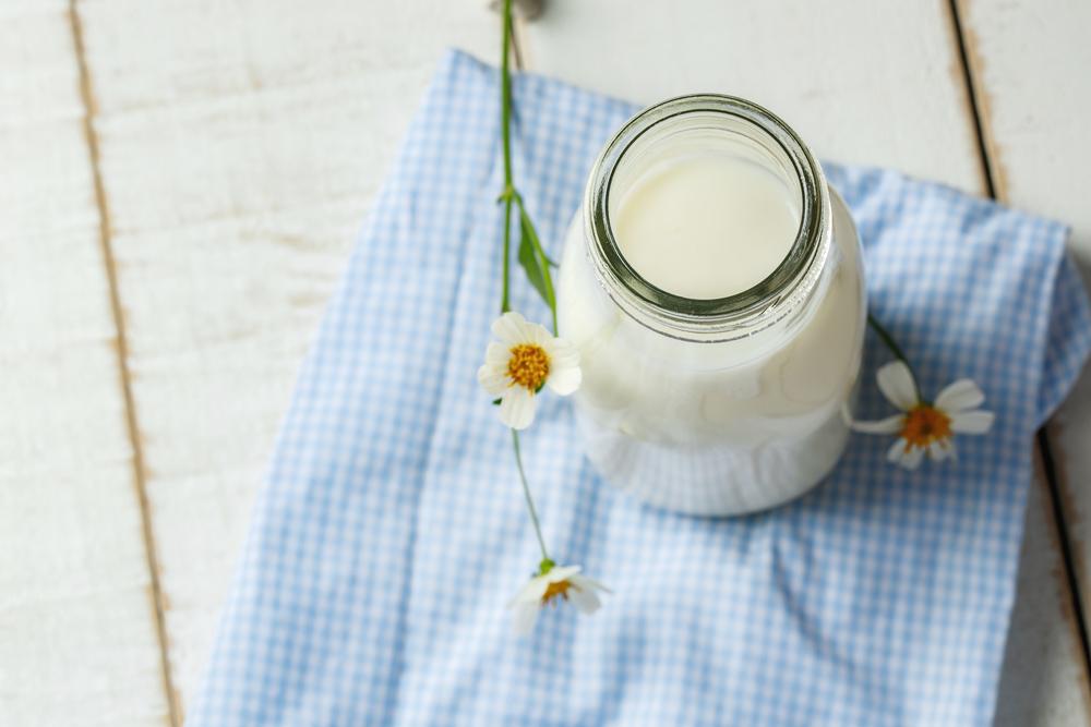 Nên kết hợp tinh bột nghệ với sữa tươi không đường vì đây là nguồn dồi dào các chất như protein, chất béo, vitamin và khoáng