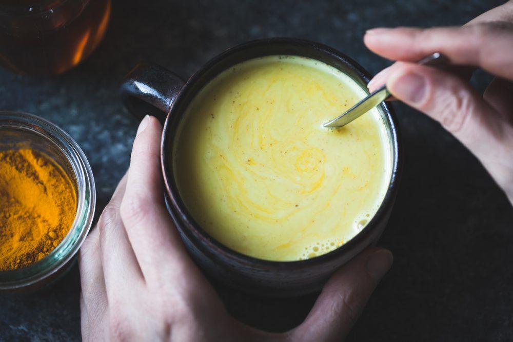 Người đau dạ dày nên uống từ 2-3 ly tinh bột nghệ mỗi ngày