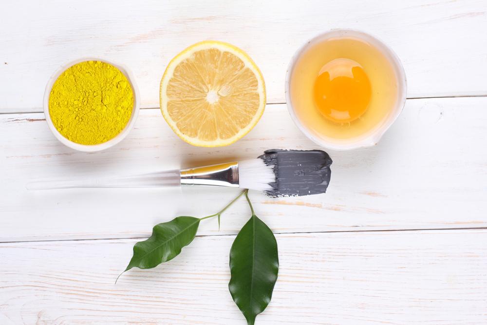 Nếu bạn sở hữu làn da dầu hãy thử ngay hỗn hợp tinh bột nghệ kết hợp với nước cốt chanh và trứng nhé