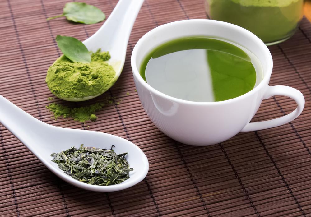 Bạn có thể dùng trà xanh dạng nước hay bột cho mặt nạ chăm sóc da cùng tinh bột nghệ